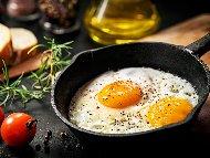 Рецепта Класическа лесни и бързи пържени яйца на очи